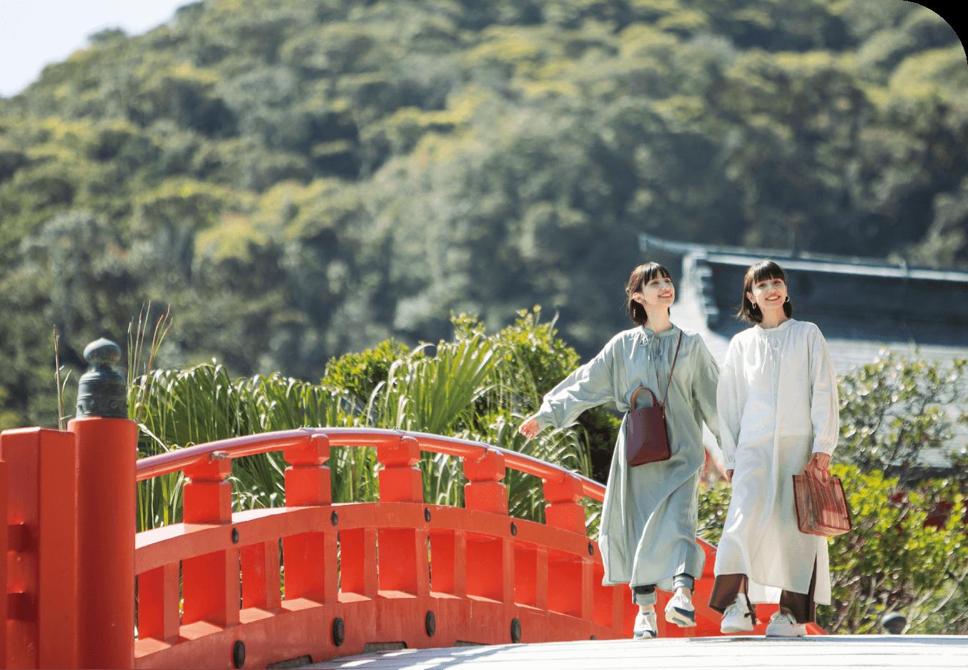 鵜戸神宮を歩く2人